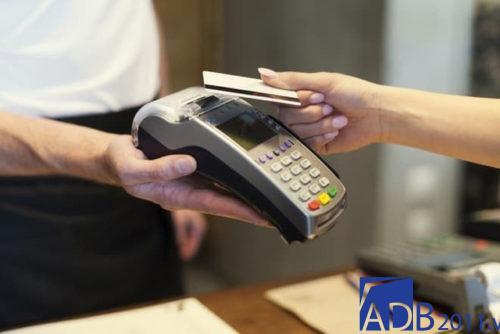 Thanh toán qua thẻ chỉ xuất hiện ở một vài siêu thị ,cửa hàng chứ chưa thực sự phổ biến tại Việt Nam