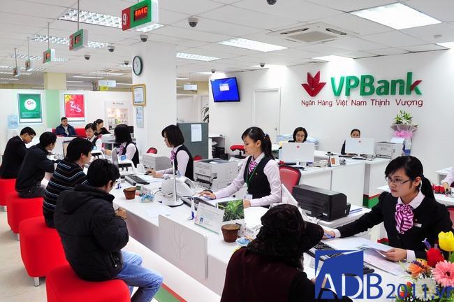 Khách hàng giao dịch tại làm ngân hàng VPBank